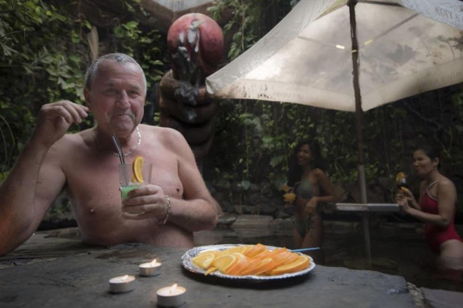 Reinhard Bartels (o.l.) führt seinen Pärchenclub seit 25 Jahren mit großem Erfolg im Kamenzer Ortsteil Schiedel. Doch das Leben ist Veränderung und der mittlerweile 67-Jährige möchte gern verkaufen – wenn möglich in der Branche.