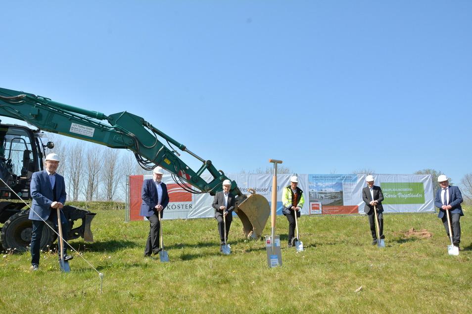 Spatenstich mit coronabedingtem Abstand: Die Firma Endress+Hauser erweitert ihren Standort in Waldheim.