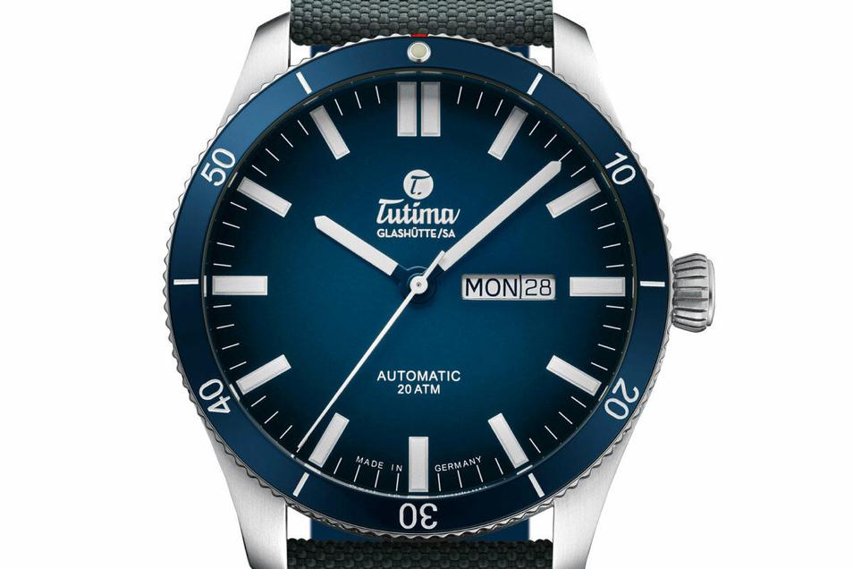 Die Uhrenfabrik Tutima stellte in diesem Jahr das Modell Grand Flieger Airport mit Keramiklünette in Classic Blue vor. Die Uhr kostet 1.900 Euro.