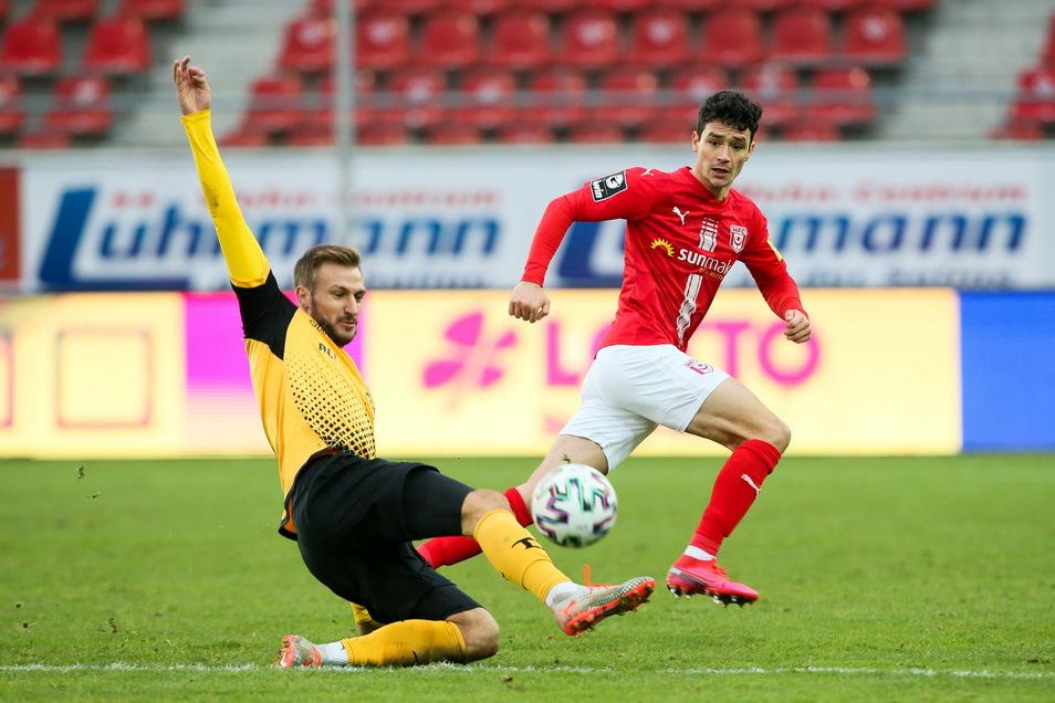 Pascal Sohm (l.) kommt vor Ex-Dynamo Niklas Landgraf an den Ball. Der Stürmer zeigt bei seiner Rückkehr nach Halle eine gute Leistung.