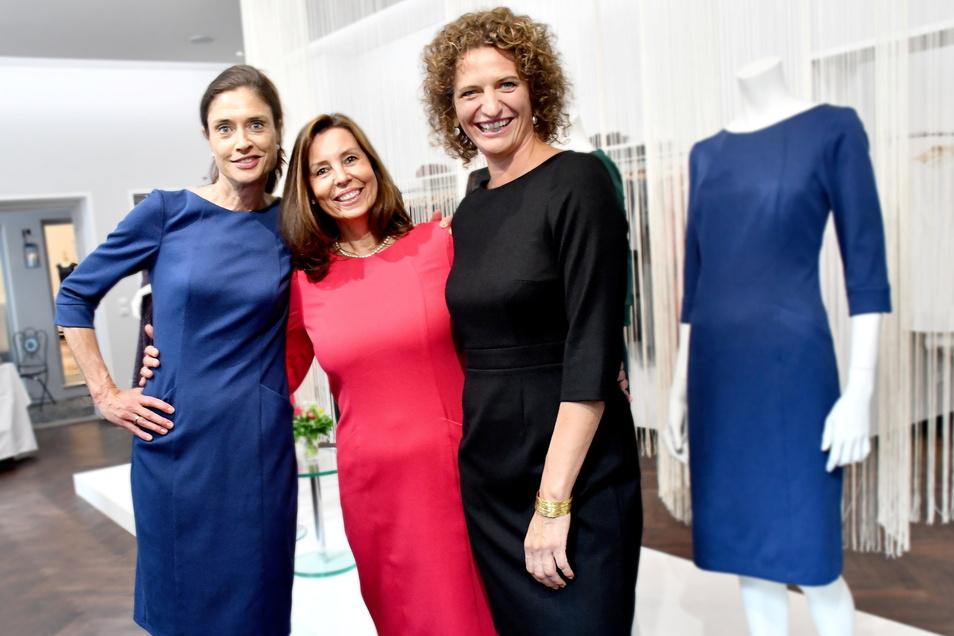 Die Designerin Dorothea Michalk (r.) mit ihren beiden Models Sandra Raeven (l.) und Stephanie Siegl zur Präsentation des neuen Labels Kolina im Atelier in der Rähnitzgasse.