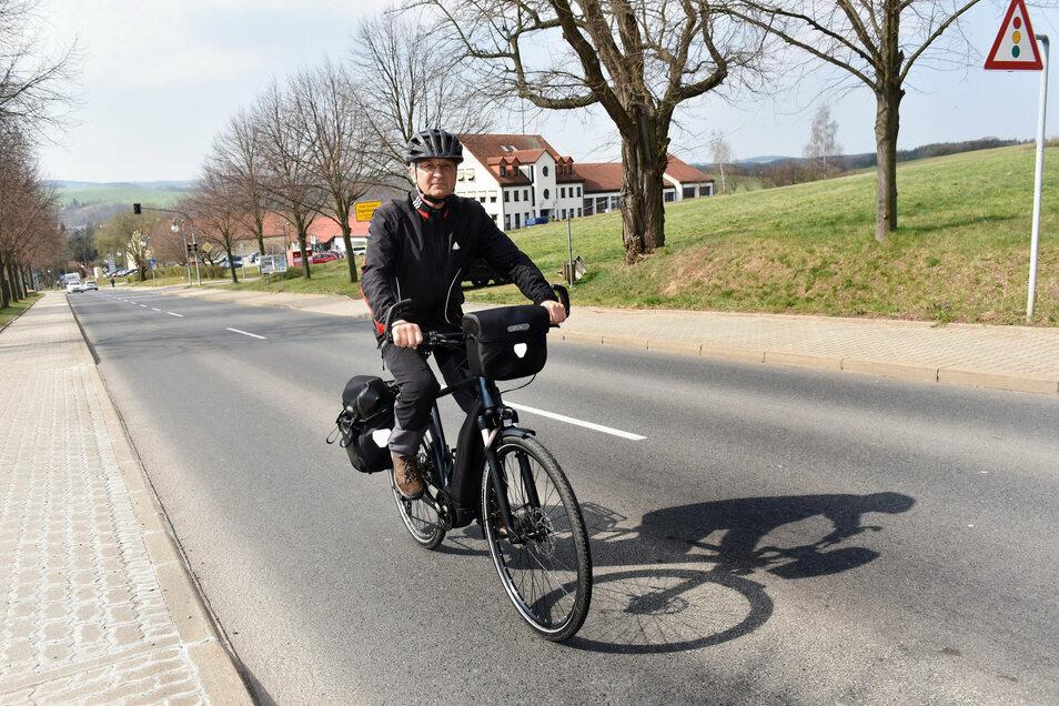 Wolfgang Bartzsch aus Paulsdorf fährt auf der Rabenauer Straße in Dipps. Einen Radweg gibt es hier wie auch an den meisten anderen Straßen in der Stadt nicht. Jetzt ist ein Konzept gefordert.