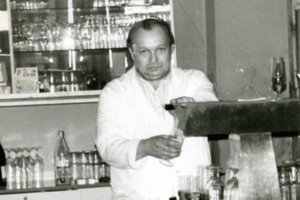 Klaus Richter in den 1980er Jahren hinter dem Tresen im Dresdner Hof in Zittau.