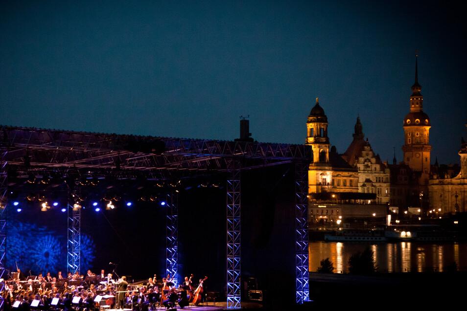 Vor Wochen noch nahezu unmöglich - jetzt locken klassische Live-Erlebnisse ans abendliche Dresdner Elbufer.