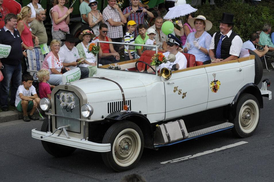 Das Hochzeitsauto beim Tag der Sachsen-Umzug 2014.