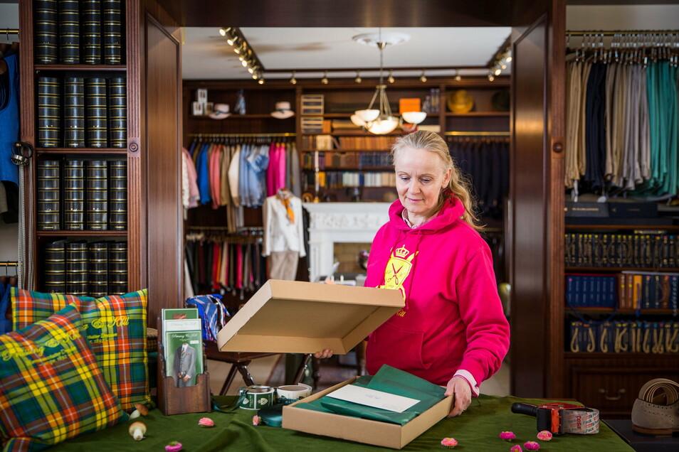 Franziska Rüpprich betreibt den Herrenausstatter Prüssing&Koll in der Dresdner Neustadt. Sie verpackt Kleidung, die ab Montag von den Kunden direkt am Laden abgeholt werden kann.