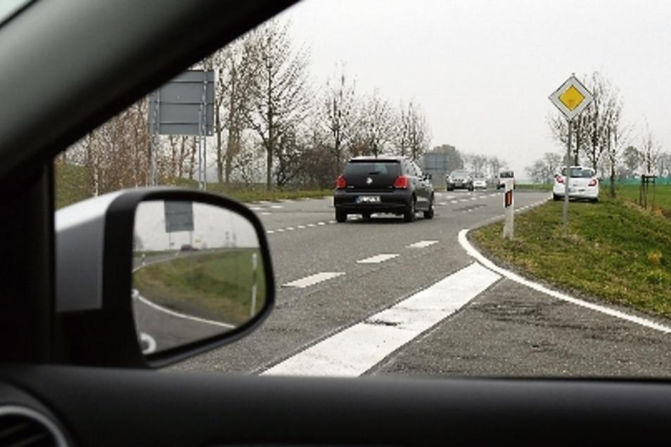 Blick aus Richtung Aschershain nach rechts: Auch in diese Blickrichtung ist die Sicht gut. Der Verkehr auf der Hauptstraße lässt sich weithin verfolgen.