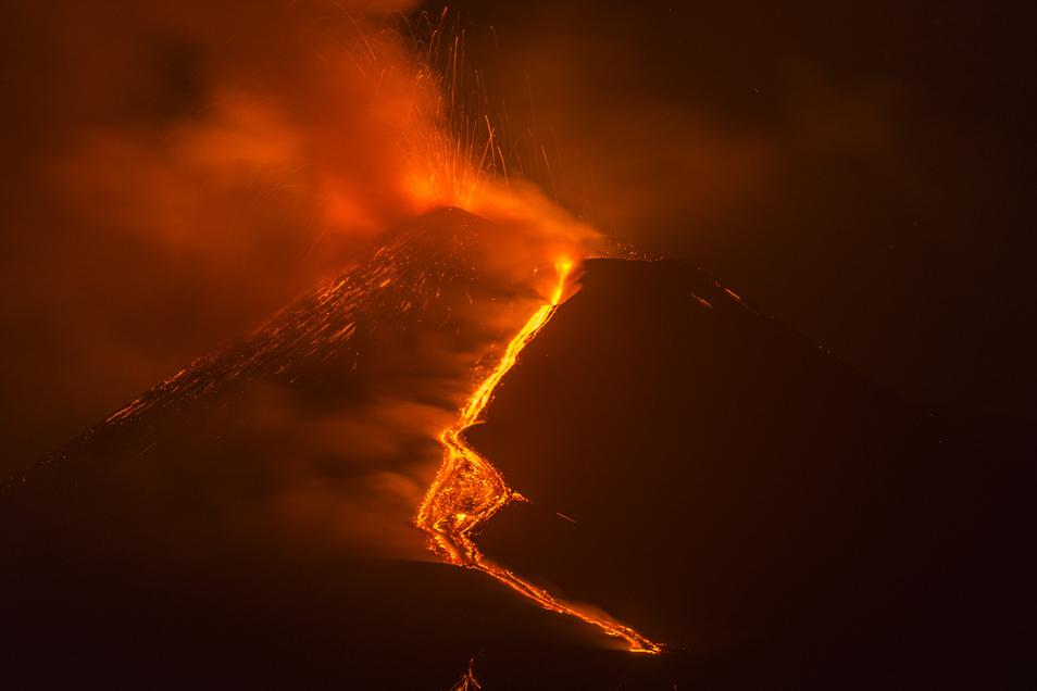 Heiße Lava fließt vom Vulkan Ätna (Archivbild). Der Vulkan ist erneut ausgebrochen.