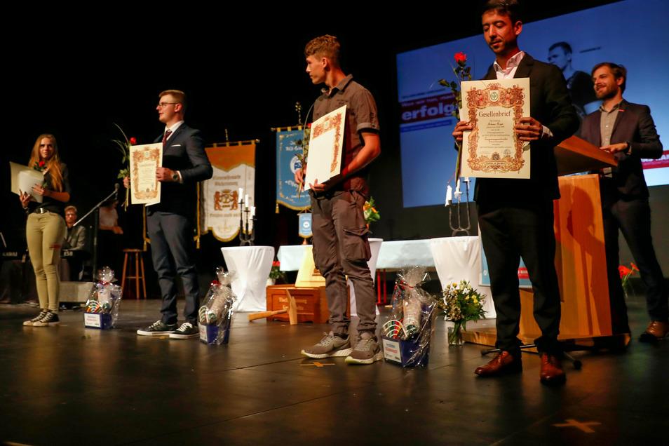 Knapp 60 junge Handwerker aus dem Landkreis Görlitz haben am Sonnabend ihre Gesellenbriefe im Zittauer Theater erhalten.