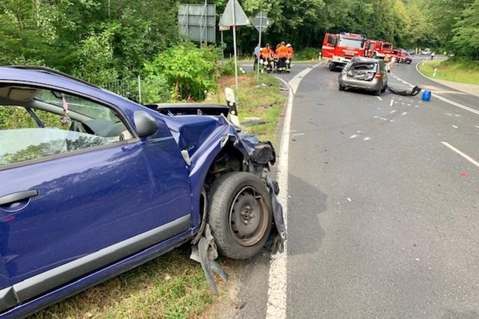 Drei Autos waren in den Unfall am Abzweig Thürmsdorf verwickelt.