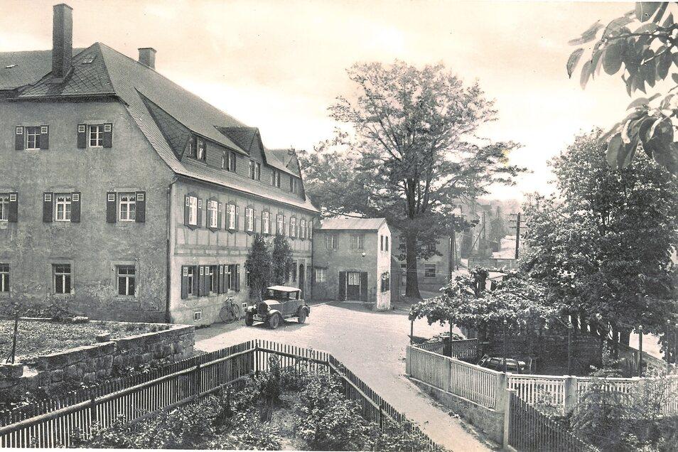 Ein nobles Auto ist hier vor vielen Jahren vor dem Gasthof in Seifersdorf vorgefahren. Die letzten Jahre stand das Haus leer.