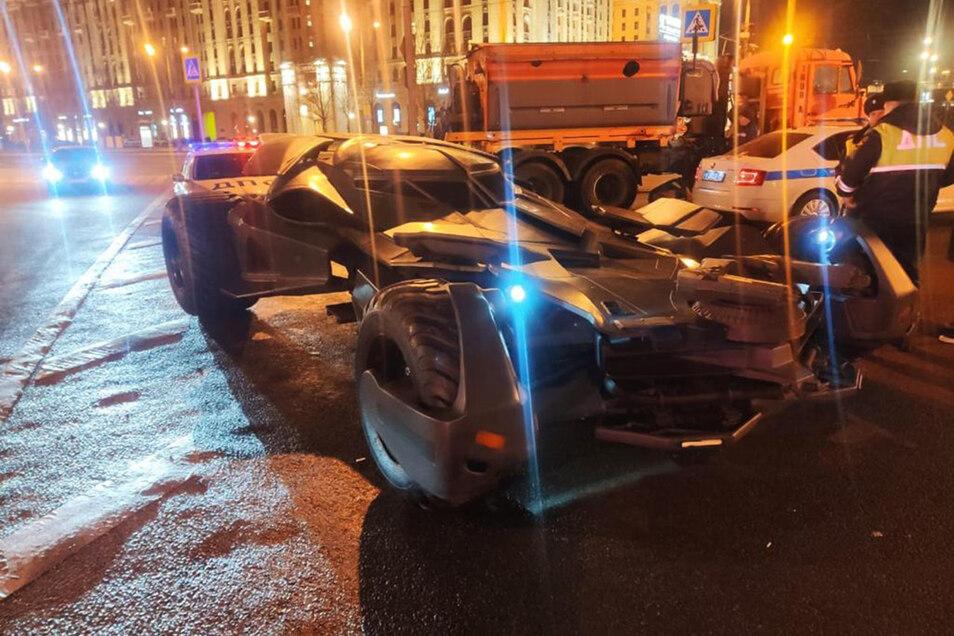 """Moskauer Polizeibeamte haben dieses selbst gebaute """"Batmobil"""" aus dem Verkehr gezogen."""