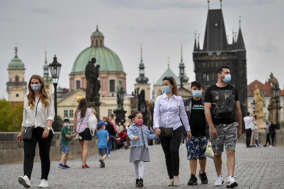 Angesichts steigender Zahlen hat Prag die Maskenpflicht ausgeweitet. Ab Donnerstag soll diese dann landesweit gelten.