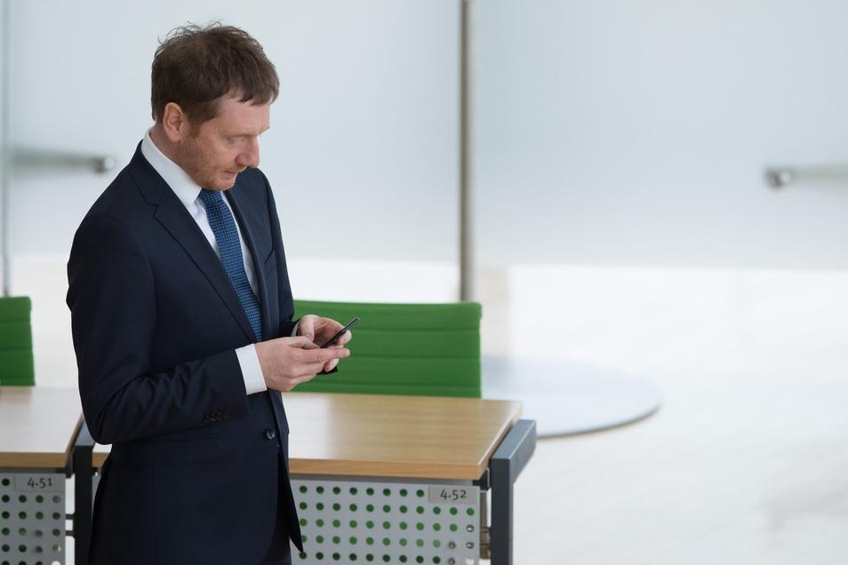 Auf dem Smartphone des Ministerpräsidenten ist die Corona-Warn-App installiert.
