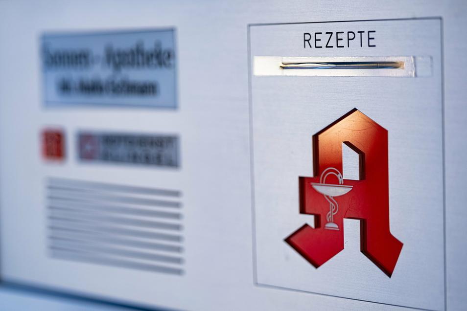 Die 18.500 Apotheken in Deutschland nehmen täglich rund 1,8 Millionen rosafarbene Rezepte an. Darauf sind Medikamente von durchschnittlich 80 Euro verschrieben.