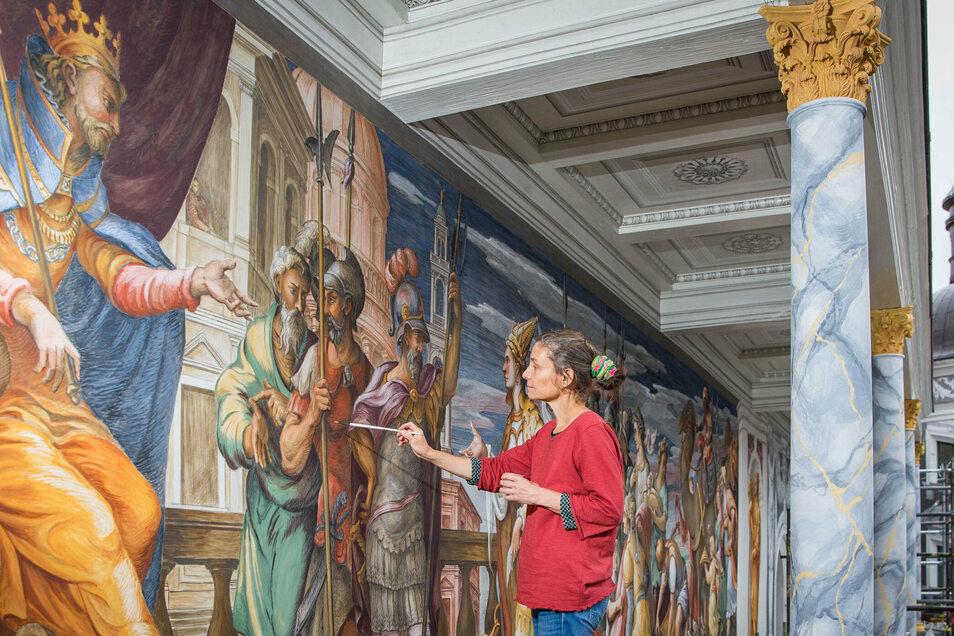 Restauratorin Ulrike Hahn setzt die letzten Farbtupfer auf das neu entstandene Fresko der Königin von Saba vor dem Thron Salomos. Damit wird sichtbar, wie schön der gestalterische Glanzpunkt auf der neu entstandenen Loggia des Residenzschlosses wird.