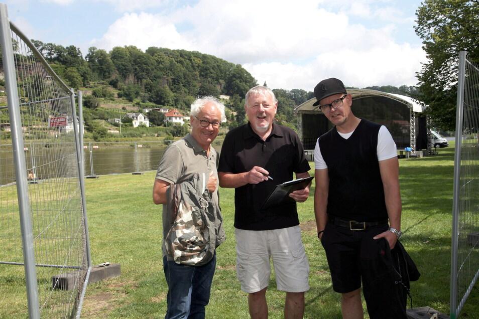 Ein Trio, das nicht auftritt, aber zusammen für den Kultur-August steht: Tom Pauls, Gert Lorenz und Uwe von Schroeter (v.l.) vor der Bühne an der Elbe in Pirna.