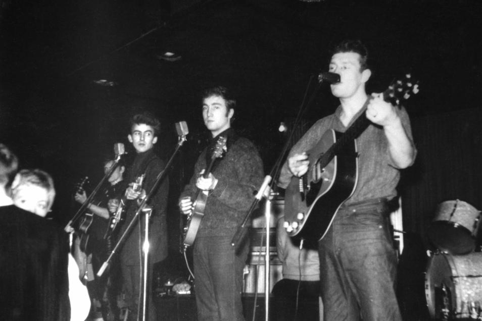 1960 in Hamburg: George Harrison, John Lennon und Tony Sheridan (v. l.) gemeinsam auf der Bühne.