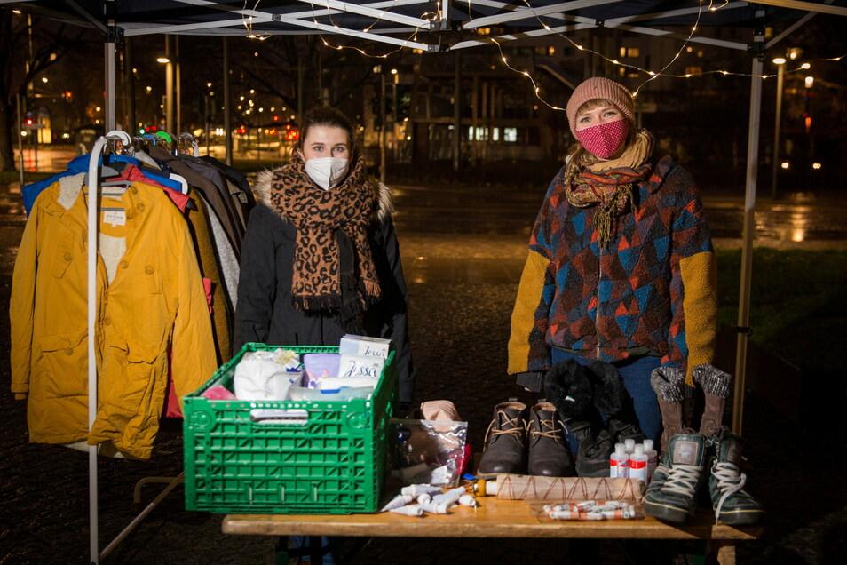 Eva Karsten und Joien Jank halten auch bei Kälte und Dunkelheit aus, um Bedürftigen zu helfen. Die haben aufgrund von Corona viel weniger Anlaufstellen, als in anderen Zeiten und sind auf mobile Angebote angewiesen.