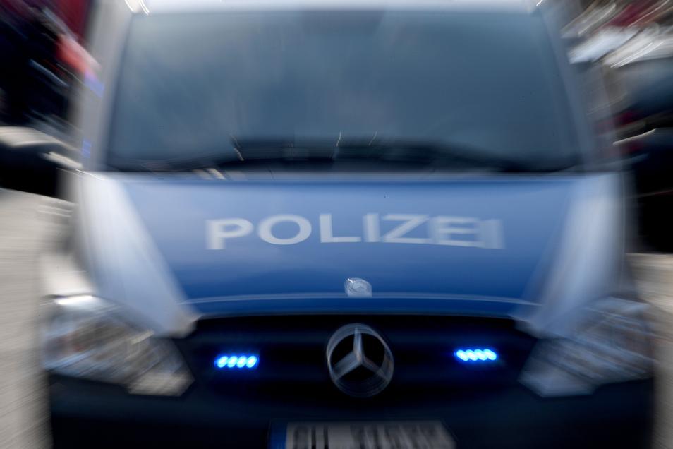 Zu zwei Razzien rückten Polizeikräfte jetzt in der Gemeinde Neschwitz an.