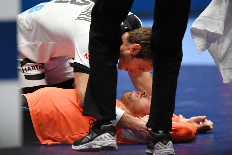 Uwe Gensheimer kümmert sich nach seinem Kopftreffer um den niederländischen Torwart. Vor dem Platzverweis rettet ihn das nicht.