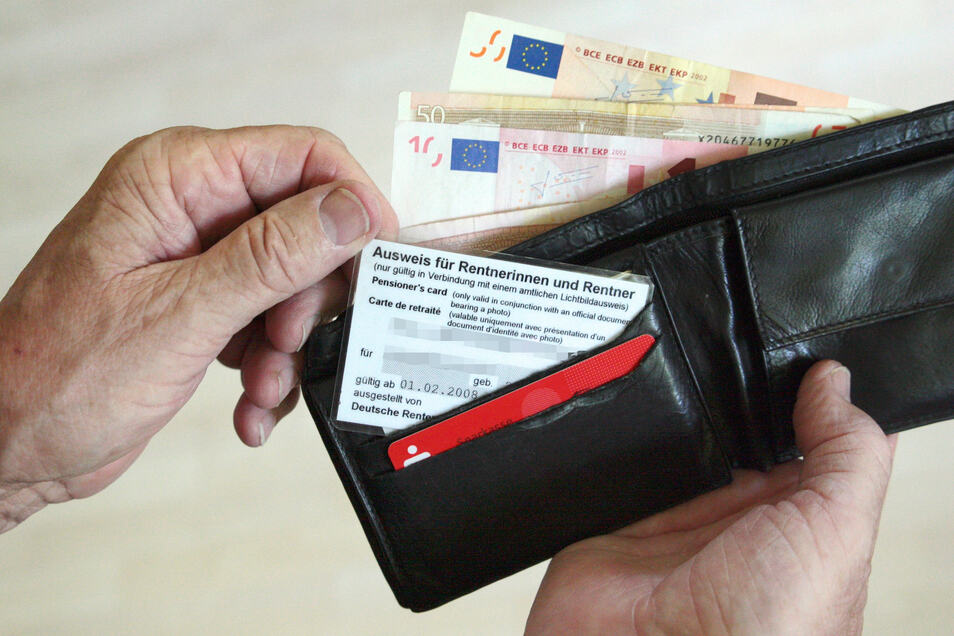 Rentner können Grundsicherung beantragen, wenn sie mit den ihnen zur Verfügung stehenden finanziellen Mitteln nicht auskommen.