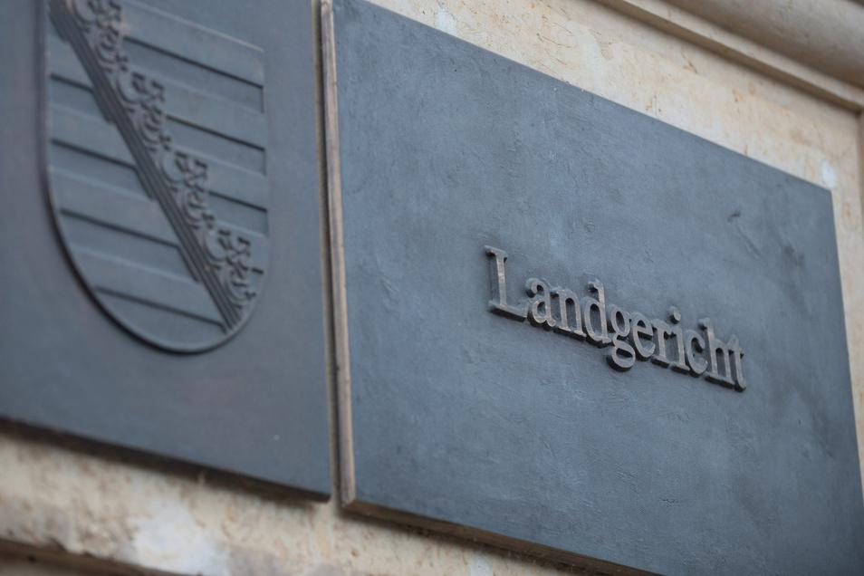 Nach viereinhalb Jahren wurden zwei mutmaßliche Käsediebe in ihrem Berufungsprozess am Landgericht Dresden freigesprochen. Angeblich sollen sie die Plane eines Weihnachtsmarkt-Standes in der Hauptstraße aufgeschnitten haben.