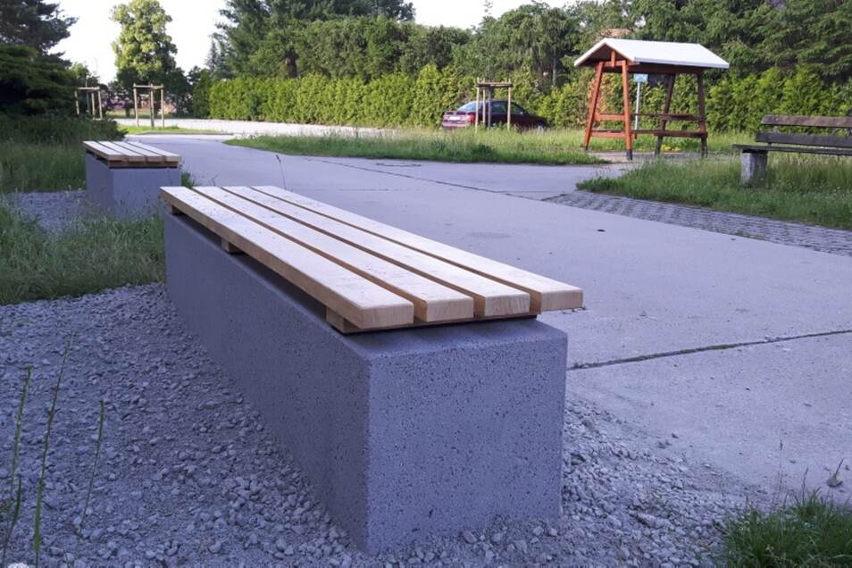 Diese zwei Bänke hat der Bernsdorfer Bauhof vergangenen Donnerstag an der Sporthalle in Wiednitz errichtet.