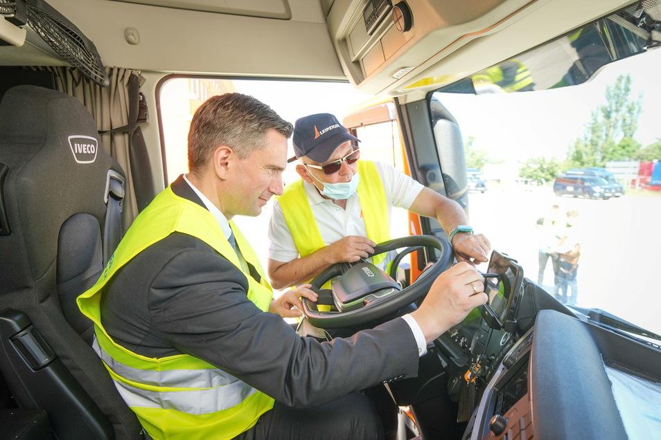 Sachsens Wirtschaftsminister Martin Dulig testet die neue Arbeitswelt.