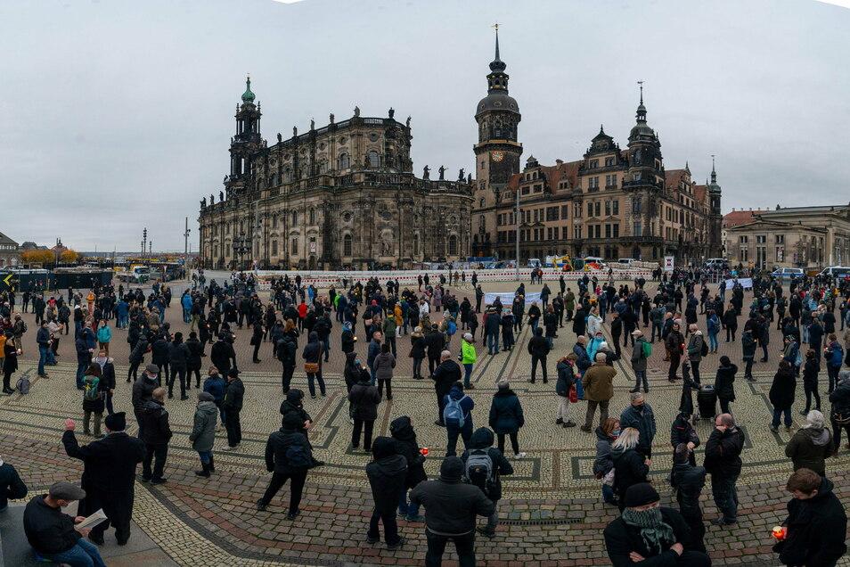 Schweigen und stehen: Protest gegen Corona-Maßnahmen auf dem Dresdner Theaterplatz.