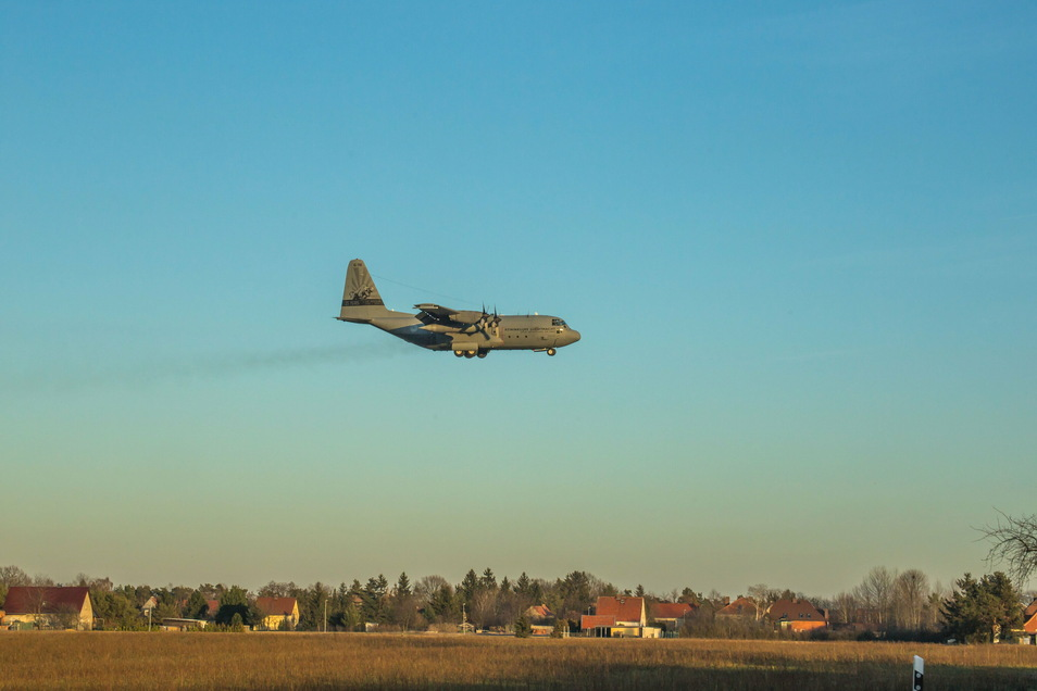 Eine Hercules C130 Lockheed der Koninklijke Luchtmacht, der Royal Netherlands Air Force, landet und startet auf dem Rothenburger Flugplatz. Die holländische Armee führte auf dem Truppenübungsplatz Oberlausitz eine Übung durch.