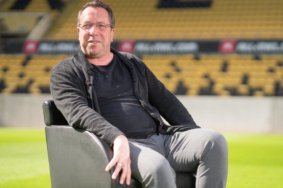 Markus Kauczinski, 51 Jahre, geboren in Gelsenkirchen. Seit 10. Dezember 2019 ist er Cheftrainer bei Dynamo Dresden. Nachdem die Mannschaft den Abstieg in der vergangenen Saison auch wegen der Corona-Quarantäne nicht verhindern konnte, ist sie nun in der