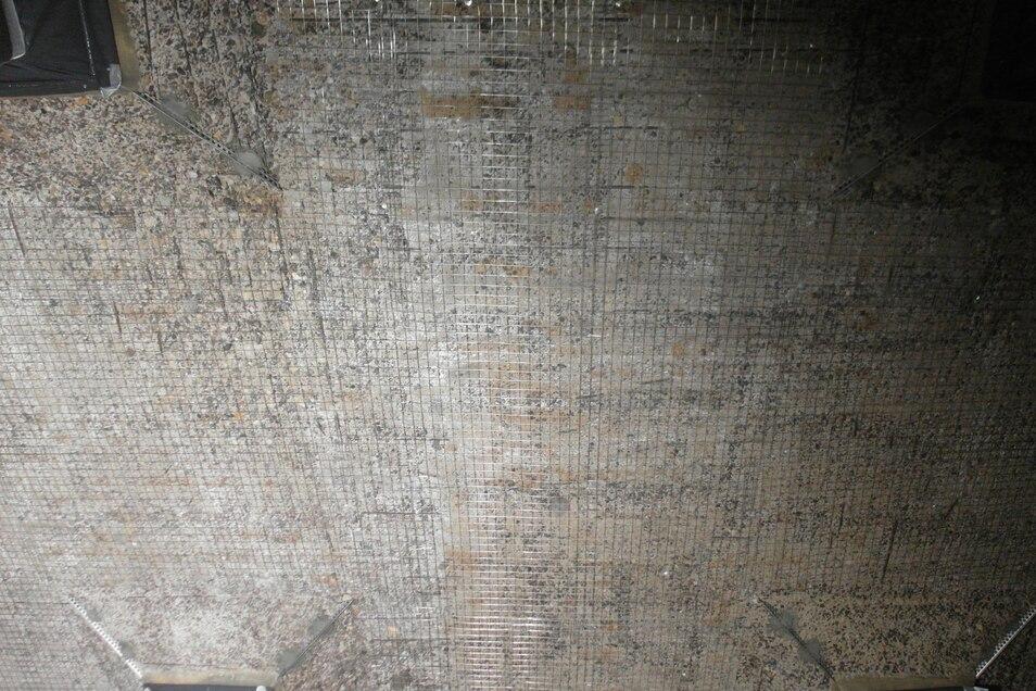 Einige Bereiche der Decke wie dieser wiesen vor der Sanierung nicht mehr die nötige Zugfestigkeit auf. Deshalb wurden sie mit solchen Edelstahlmatten verstärkt, bevor die neue Schicht Spezialmörtel aufgebracht wurde.