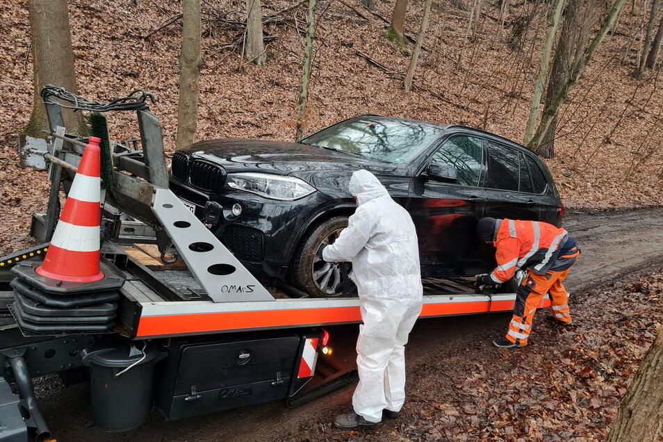 Mitarbeiter des Abschleppdienstes haben das Fahrzeug am Donnerstag Nachmittag von der Gebersbacher Straße abgeschleppt.