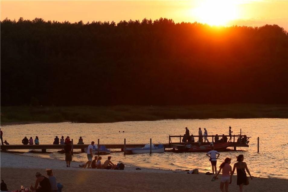 Mit dem Sonnenuntergang, der den Berzdorfer See in ein warmes Orange tauchte, steuerte der Sonnabend auf den abschließenden Höhepunkt zu ...