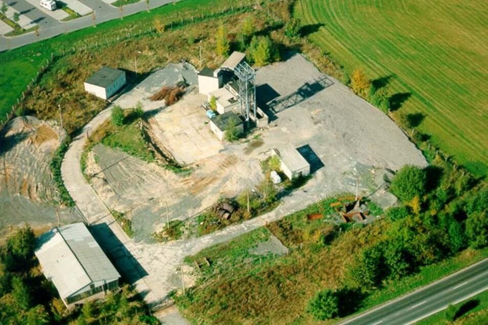So sah das Gelände mit dem Wetterschacht vom einstigen Bergbaugebiet Bannewitz an der B 170 in Bannewitz noch 1995 aus. Ende dieses Jahres soll begonnen werden, dieses Gebiet zu bebauen.