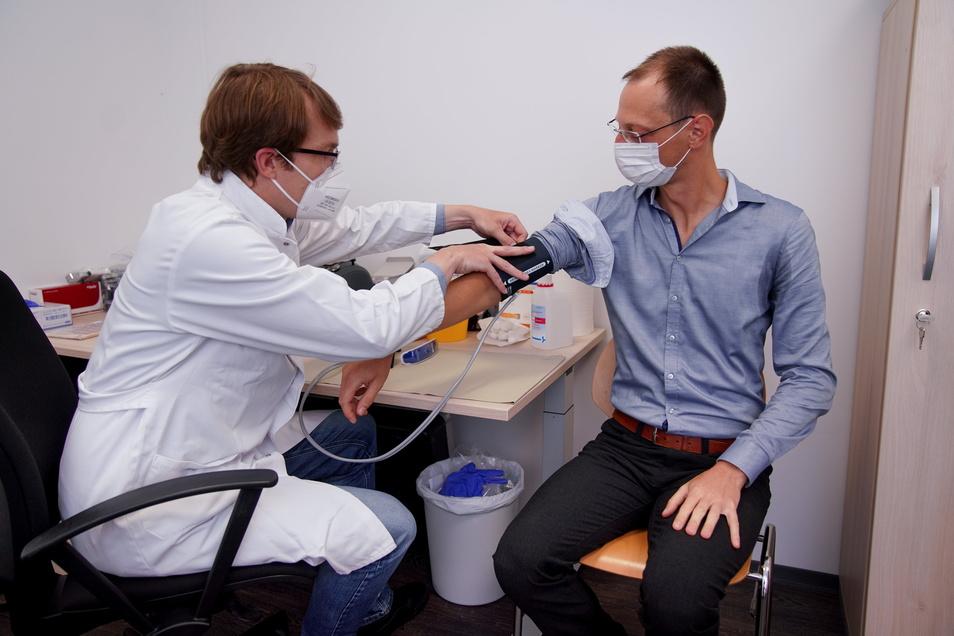 Andreas Gatzke (r.) wollte Blut spenden, wurde aber von DRK-Arzt Robert Albert darauf hingewiesen, dass seine Operation am Arm erst zwei Monate her ist. Gatzke muss noch einmal zwei Monate warten bis zur nächsten Spende.