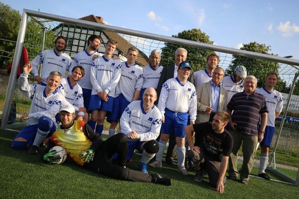 Mannschaftsbild mit Ministerpräsident: das Team des Epilepsiezentrums Kleinwachau, in dem Behinderte und Nichtbehinderte gemeinsam Fußball spielen.