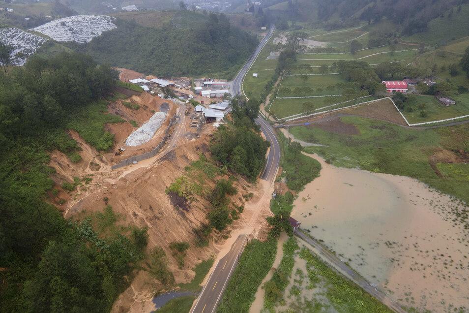 """Guatemala, Purulha: Eine Straße im Norden des Landes ist durch einen Erdrutsch blockiert. """"Es wird geschätzt, dass 25 Häuser, also die Hälfte des Dorfes, begraben sind und sich nicht weniger als 50 Personen in den Häusern befinden"""", sagte Präsident"""