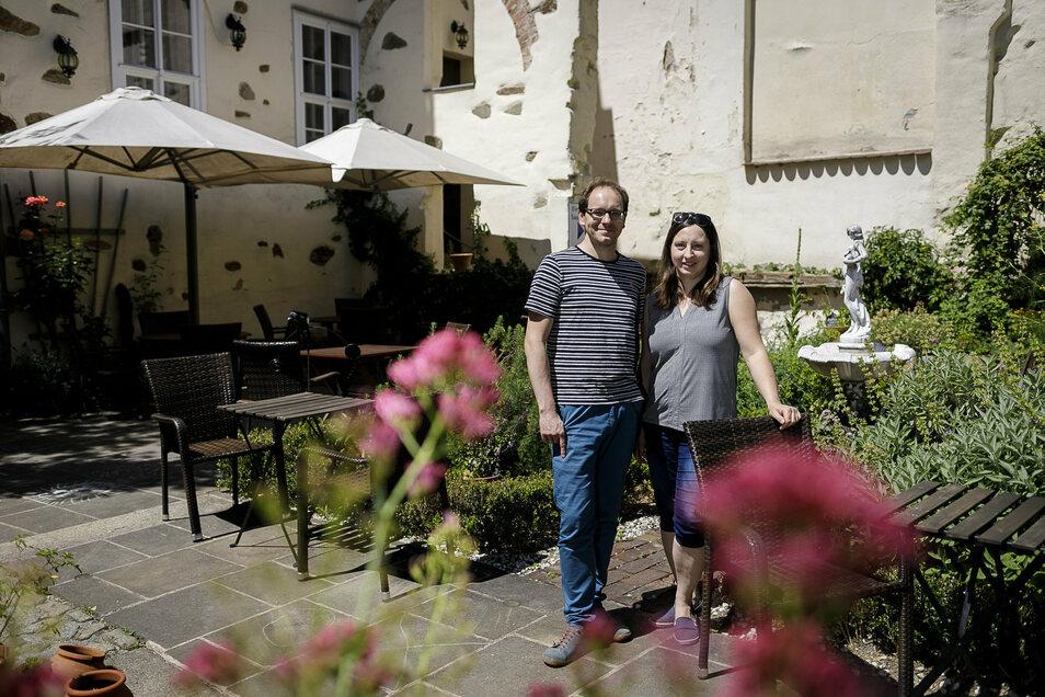 Im Sommer sitzen Gäste vom Neiß gern im Garten. Sarah Merker und ihr Mann Enrico Merker laden dazu ein.