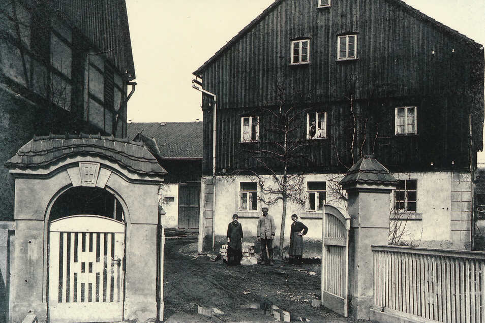 Ein historischer Blick auf den Hofeingang. Die Gebäude existieren heute so nicht mehr. Der Charakter des Vierseithofes ist aber erhalten geblieben.