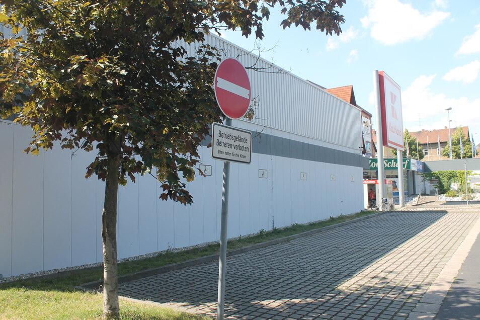 Vor den Behinderten-Parkplätzen am Zittauer Kaufland-Markt sind nur Schilder mit einem Rollstuhlfahrer angebracht. Ein eigenes Parkplatzschild fehlt.