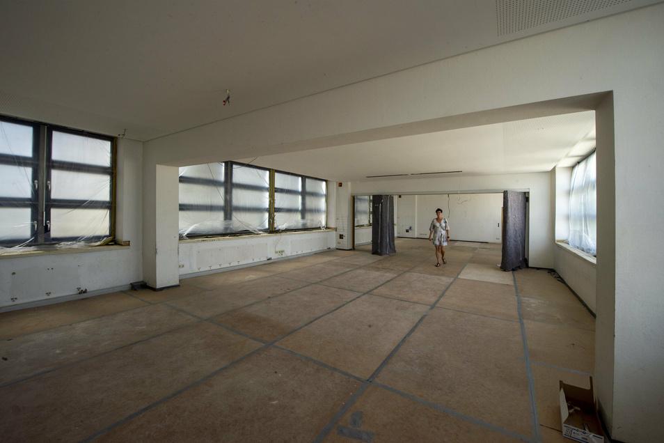 Schulleiterin Heike Geißler zeigt den neuen Multifunktionsraum, in dem zukünftig bis zu 100 Personen Platz nehmen können.