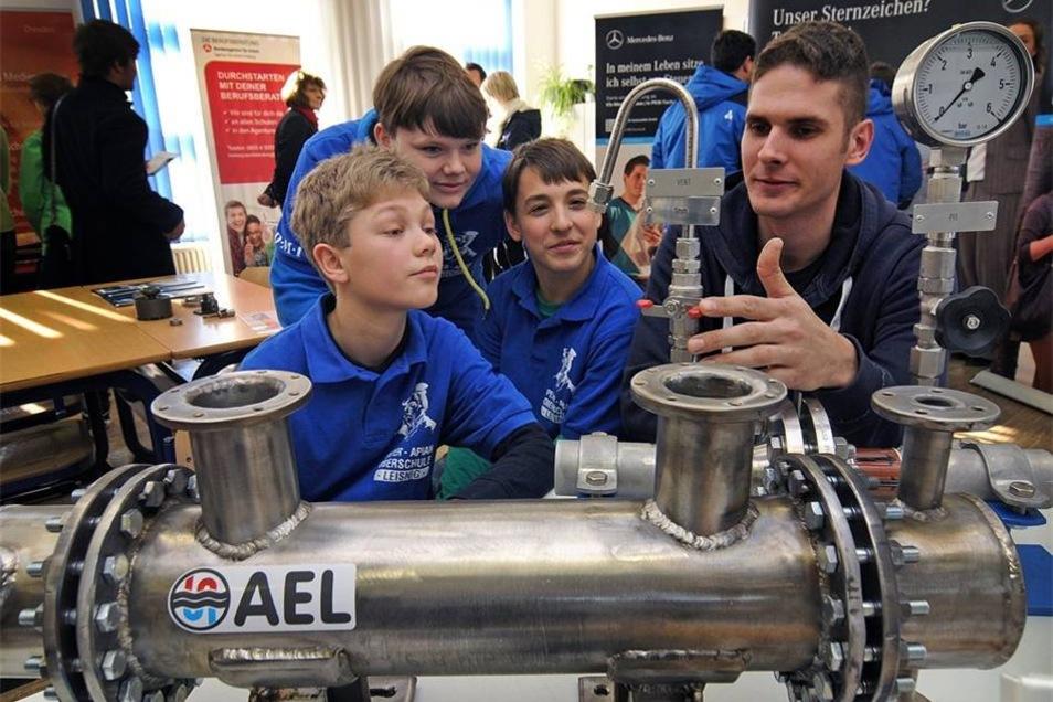 Philipp Reiss (r.) von der Firma AEL Apparatebau spricht mit Paul, Phillip und Florian während der Ausbildungsmesse an der Oberschule Leisnig über den Beruf des Anlagenmechanikers und das Maschinenbaustudium. Auf der neunten Messe haben sich 31 Unternehmen aus der Region vorgestellt.