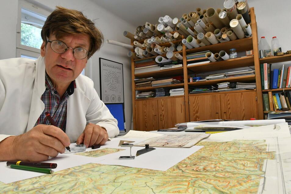 """Kartograph Rolf Böhm an seinem Schreibtisch in Bad Schandau: """"Auf den Meter kommt es sicherlich nicht an."""""""