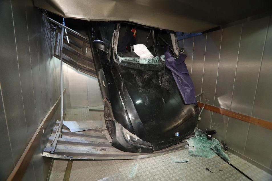 Fünf Meter stürzte am Sonntagmittag eine 33-Jährige mit ihrem BMW in die Tiefe und landete in einem Fahrstuhl.