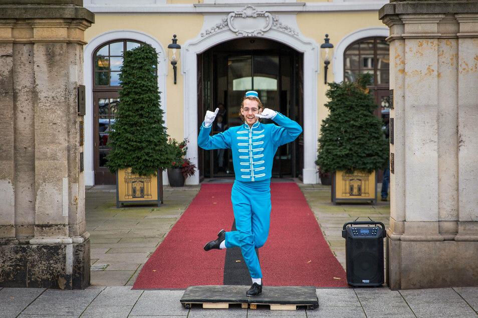 Überraschungsaktion vorm Taschenbergpalais Hotel Kempinski: Stepp-Profi Alexei C. Bernard klapperte mit den Sohlen für möglichst viel Publikum.