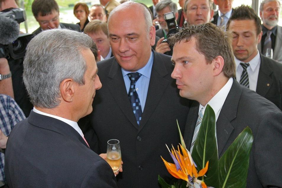 Der neugewählte sächsische Ministerpräsident Stanislaw Tillich (l./CDU) erhält am 28.05.2008 im Glückwünsche vom SPD-Fraktionsvorsitzenden Martin Dulig (vorn r.) und von Wirtschaftsminister Thomas Jurk (M./SPD).