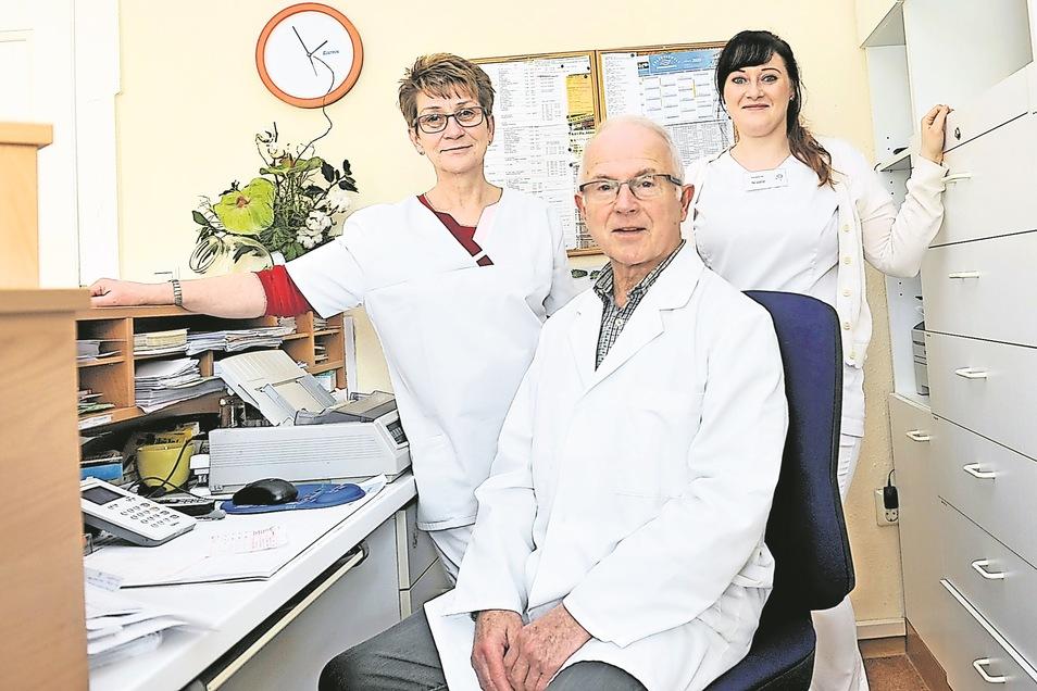 Schwester Elke Ullrich (links), ,Dr. med. Karl-Peter Lippold und Schwester Nicole Krause sind das Praxisteam in Krauschwitz.