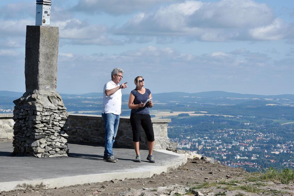 Die hier noch fehlende Mauer steht inzwischen: Mit dem Bau des neuen Aussichtsturms auf der Lausche wird auch das gesamte Gipfel-Plateau neu gestaltet.